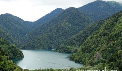 Зелёная синь озера Рица